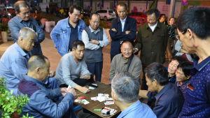 Kinesiska pensionärer spelar kort för småpengar.