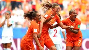 Holland firar mål.