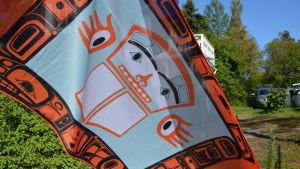 Klanflagga med tsimshianfigur.