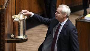 Antti Rinne lägger sin röst i hans regerings första förtroendeomröstning.