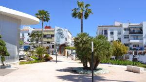 Bostadshus med palm-mural i Estepona i Spanien.