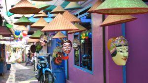Hattar, masker och andra dekorationer i en renoverad gränd i en slum i Malang, Indonesien