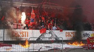 HIFK:s fotbollssupportrar vid derby mot HJK.