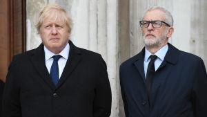 Britannian pääministeri Boris Johnson ja työväenpuoluen puheenjohtaja Jeremy Corbyn seisovat vierekkäin.