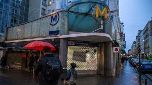 Stängd metrostation på grund av strejk. Levallois nära Paris 11.12.2019