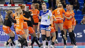 Nederländernas damlandslag jublar efter semifinalseger.