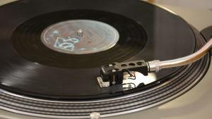 En närbild på en vinylskiva som spelas i en vinylspelare,