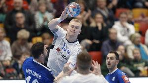 Robin Sjöman passar bollen.