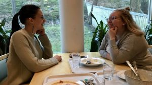 Jasmin Öberg och Ina Laakso sitter vid lunchbordet och pratar.