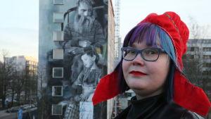 Niina Siivikko presenterar en väggmural med samiska kopplingar.