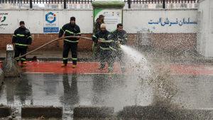 Afghanska brandmän städar upp platsen där sex personer dödades i en självmordsattack i Kabul. Terrordådet i tisdags var det första på över tre månader i den afghanska huvudstaden.