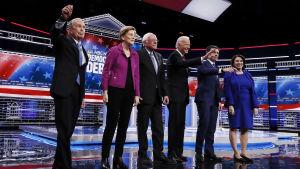 Demokraattipuolueen kuusi ehdokasta yhdessä lavalla ennen väittelyn alkua.