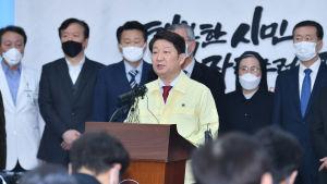 Daegus borgmästare Kwon Young-Jin uppmanar stadens 2,5 miljoner invånare att hålla sig inomhus och att bära ansiktsmasker utomhus.