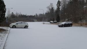 En nästan tom parkeringsplats vid Karis tågstation.