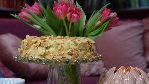 Oskar II:n kakku tarjoiluastialla