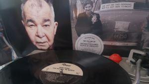 Skivspelare med vinyl på tallriken i bakgrunden två konvolut