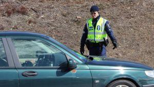 Poliisi valvoo liikennettä E18-tien varrella Pyhtäällä.