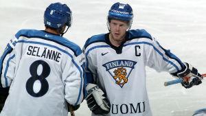 Teemu Selänne och Saku Koivu på isen