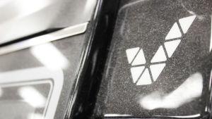 Veikkaus dammiga logotyp på en spelautomat som är avstängd.