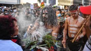 Demonstranter i Sydney deltog i en aboriginer-ceremoni 6.6.2020