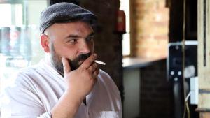 Krögaren Urs Garisch-Culmberger röker en cigarett