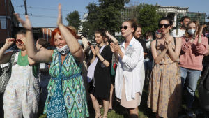 En grupp människor utomhus i soligt väder. Flera hundra personer som stöder Serebrennikov hade samlats utanför rätten i Moskva  den 26 juni 2020.