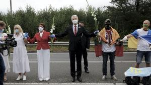 Litauens president Gitanas Nausėda i mitten deltar i mänskokedjan från Vilnius till gränsen mellan Litauen och Belarus..