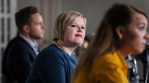 Annika Saarikko, kandidat i Centerns ordförande val hösten 2020, fotograferad under en debatt mellan ordförandekandidaterna. I förgrunden syns också Katri Kulmuni, i bakgrunden Petri Honkonen.