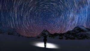 En siluett av en person som tittar på stjärnor.
