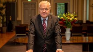 Olli Rehn kuvattu Suomen Pankissa.