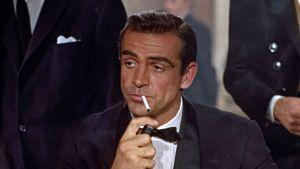 Sean Connery som James Bond i Dr. No. Tänder en cigarett.