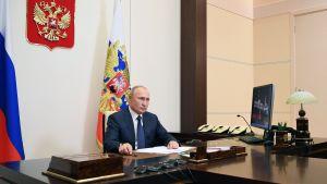 """Putin sade sig utgå ifrån att avtalet nu skapar förutsättningarna för ett """"rättvis"""" lösning som gagnar både armnierna och azerbajdzjanerna."""