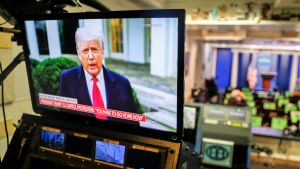 Trump puhuu televisioruudulla.