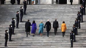 Joe Biden ja Kamala Harris saapuvat puolisoineen kongressitalolle Washingtonissa.