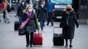Människor vid elielplatsen i Helsingfors