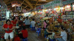Människor på en matmarknad.