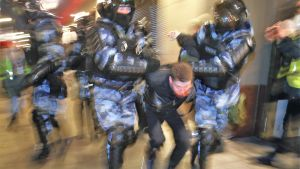 En demonstrant i Ryssland grips.