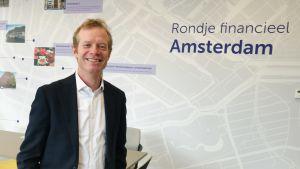 Sander Van Leijenhorst är brexitansvarig vid den nederländska finansmyndigheten. Han är en man i yngre medelåldern, Han är ledigt klädd i kavaj och skjorta utan slips.