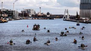 Demonstranter i båt på en flod i Berlin den 19 mars 2021.