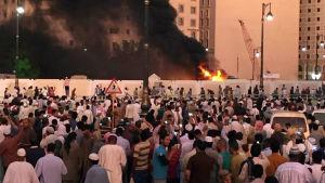 Självmordbombaren sprängde sig på parkeringsplatsen utanför moskén.