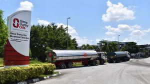 Förutom ofantliga plantager driver Sime Darby bland annat oljeraffinaderier. Bolaget har länge ansetts vara en föregångare inom branschen.