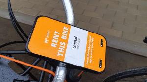 Styrstången på en stadscykel där det står att cykeln heter Gustaf.