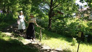 Linda Nylund och Aurora Uusitupa guidar på Fiskars museum.
