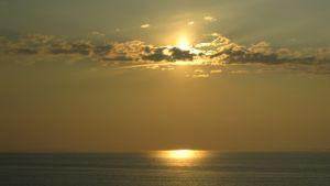 Ilta-aurinko kultaa pilvet merellä Tallinnan matkalla