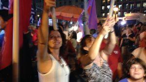 Syriza-anhängare firar segern i det grekiska parlamentsvalet 20.9.2015.