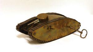 En miniatyr av en stridsvagn från första världskriget.