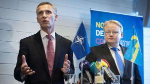 Natos generalsekreterare Jens Stoltenberg och Sveriges försvarsminister Peter Hultqvist.
