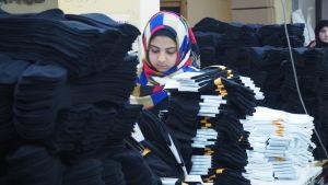 Rua jobbar i en textilverkstad i Istanbul