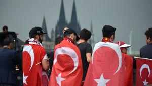 Tusentals turkar demonstrerar för Erdogan i Köln.