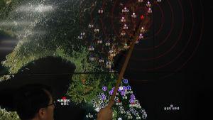En sydkoreansk professor visar upp en karta över den seismiska aktiviteten som registrerades i Nordkorea den 9 september 2016. Det handlade troligtvis om Nordkoreas femte kärnvapentest.